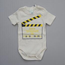 бебешко боди с надпис една продукция на мама и тати в екрю