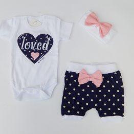 https://funnybunnykids.bg/wp-content/uploads/2019/04/летен-комплект-за-бебе-момиче-боди-къси-панталони-лента-за-коса-син.jpg летен комплект за бебе момиче боди къси панталони лента за коса син