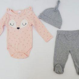 https://funnybunnykids.bg/wp-content/uploads/2019/11/3.jpg подаръчен комплект за бебе момиче нежно боди с лисица ританки шапка бебешки комплект за изписване