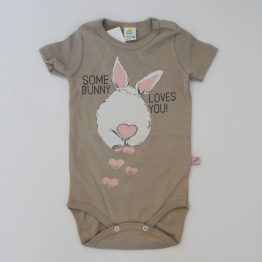 https://funnybunnykids.bg/wp-content/uploads/2020/02/боди-с-къс-ръкав-за-бебе-момиче-зайче-кафяво-сиво.jpg боди с къс ръкав за бебе момиче