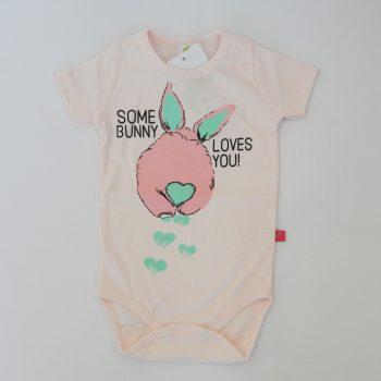 https://funnybunnykids.bg/wp-content/uploads/2020/02/боди-с-къс-ръкав-за-бебе-момиче-розово-зайче-рач.jpg боди с къс ръкав за бебе момиче розово зайче рач